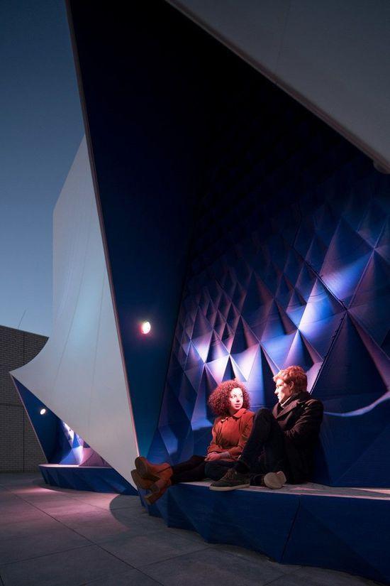 入夜后,建筑与灯光效果相搭配,彰显出一种现代的美