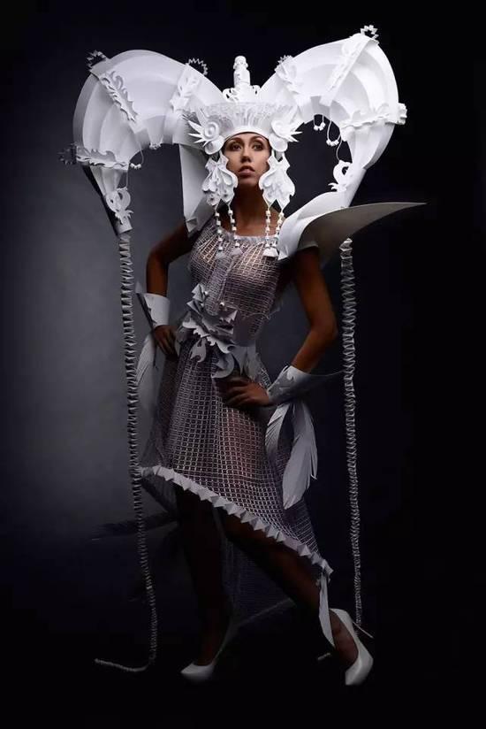 她把一张普通的纸,做成华美的婚礼礼服
