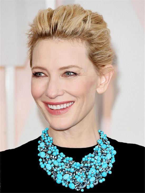凯特·布兰切特佩戴海蓝宝石和绿松石项链,宛若女神降临,丰盛华美。