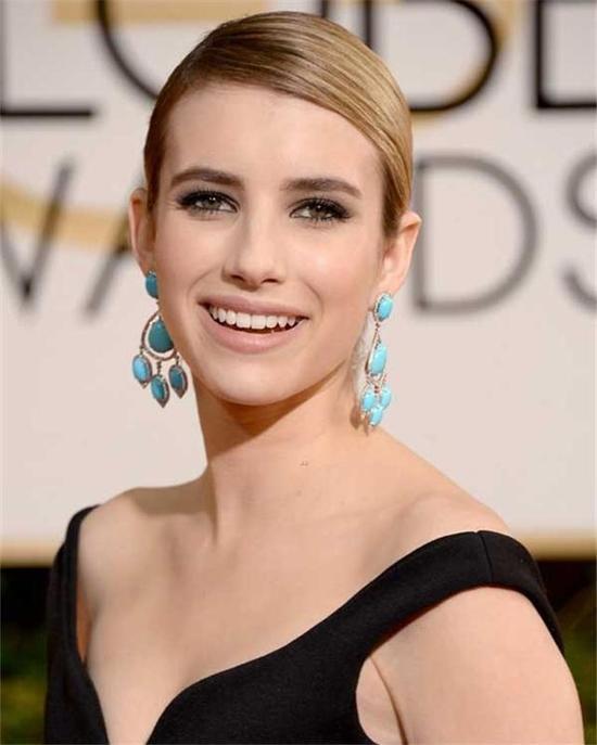 Emma Roberts身穿黑色礼服,佩戴绿松石吊灯耳环,霸气中带有点儿妩媚。