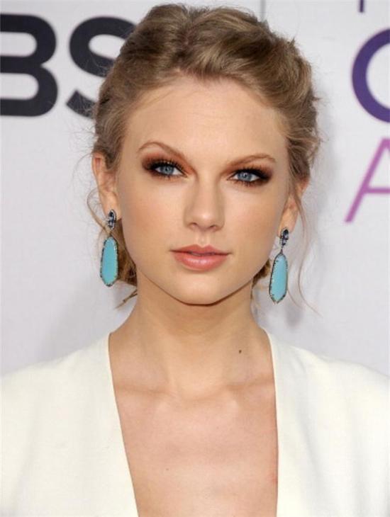 Taylor Swift佩戴优雅绿松石耳环,与她那双美丽的蓝色眼睛交相辉映。