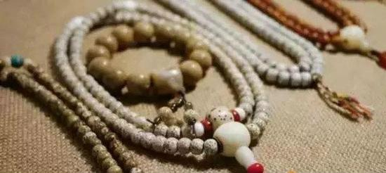 所以,修持佛法的同道们,使用菩提子珠念,既可增加功德,又可助长道业也。