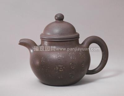 紫砂壶造型虽然千变万化,但是基本构成都是差不多的——紫砂壶一般都是以壶身为造型主体,壶嘴、壶把则以壶身为轴线左右对称展开,壶底作为整把壶的基座,壶盖、壶钮则是整把壶的亮点所在。