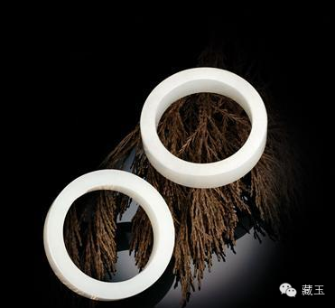 中国其他时代的玉手镯虽出现了以浅浮雕为主的装饰手法,包括元代的手镯,虽然装饰性越来越浓烈直白,但是整体的艺术效果和加工特征还是以质朴为主,这即使在少数民族风格浓郁的元朝也是如此。