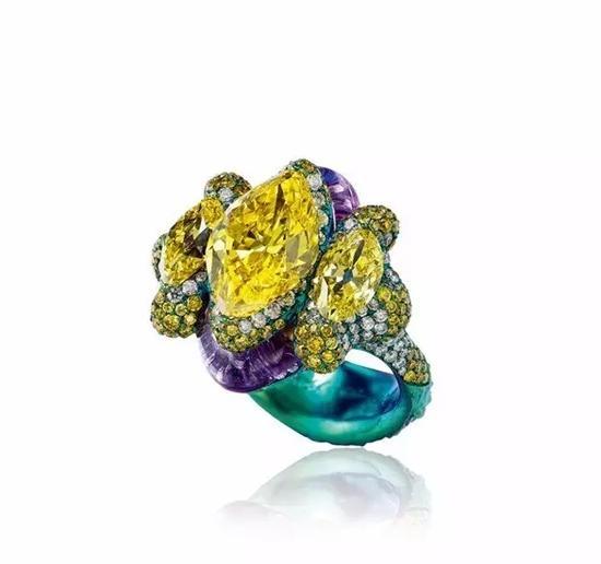 陈世英设计艳彩黄钻石配钻石戒指