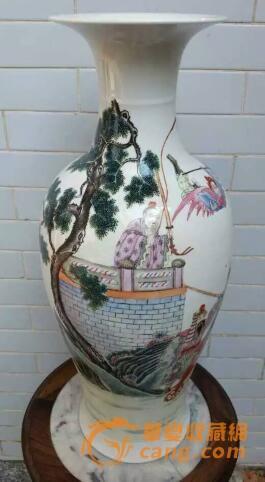 岑世英认为,玩古陶瓷若是手上有一些人物绘画的瓷器,即便是晚清民国时期的,在当今的古玩市场也算是不容易见得到一件开门货了。正是因为被行家们炒得越来越高,加上玩的人也多了,所以一些清末民初时期的人物纹饰瓷器花瓶也是属于市场上比较受欢迎的品种了。