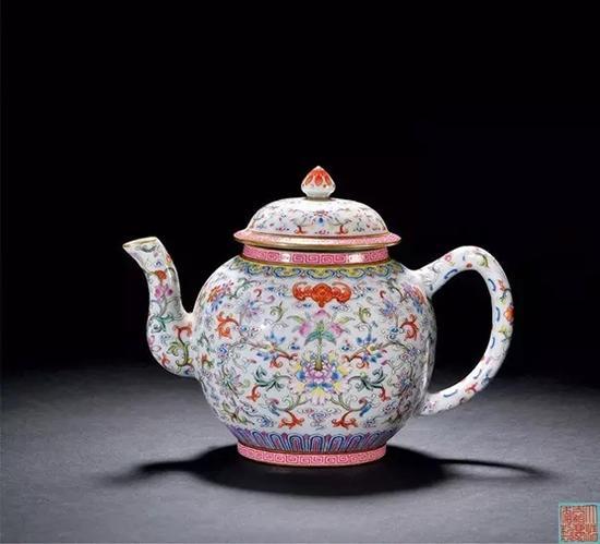 清嘉庆 粉彩蕃莲福寿纹茶壶