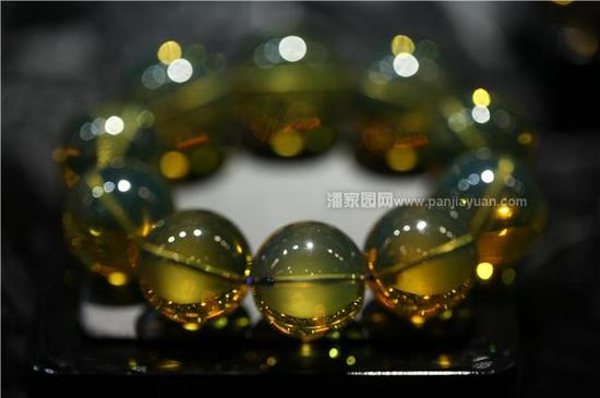 3. 琥珀蜜蜡属于有机宝石,跟其他宝石类似,越是块头大的,克价越高,基本10克一个分界点,可以简单记为0-10、10-20、20-40、40以上几个大的区间;