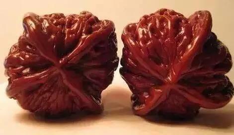 三是,这对核桃的颜色与其它的百年核桃不同,色泽鲜艳,色偏橘红,一般人是揉不出这种颜色的,只有太监才能揉出此色(因为太监的雌、雄激素水平和常人的不一样)。