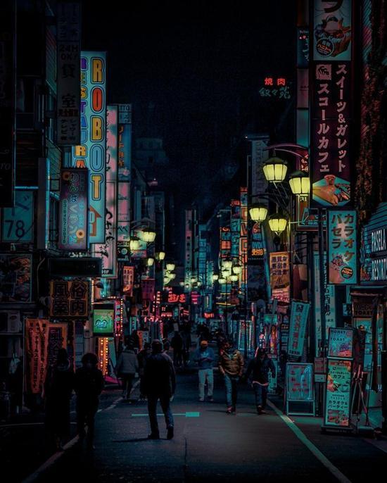 摄影师记录东京街头夜晚的霓虹灯