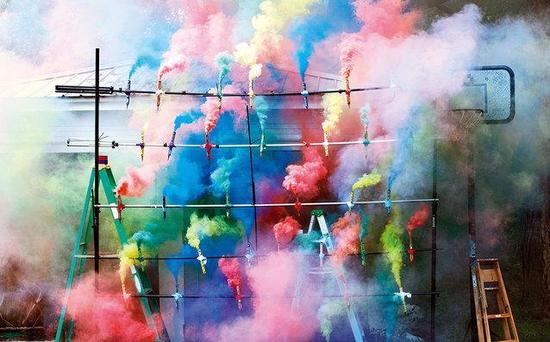 ▲ 2013迈阿密海滩巴塞尔艺术展中艺术家Olaf Breuning的作品《烟格》(Smoke Grid)(局部), 2013