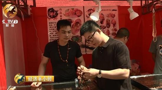 曹荻明打理着家里的一家老字号的文玩店,几乎每个潘家园的集日他都会来逛逛,有时是为了捡漏、进货,更多的时候是为了感受一下市场的行情。