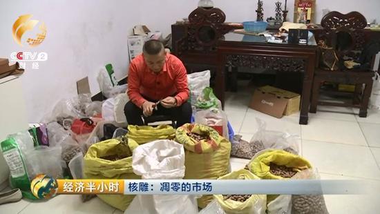 这天傍晚,当记者来到他家时,他正在整理囤在家里的橄榄核。