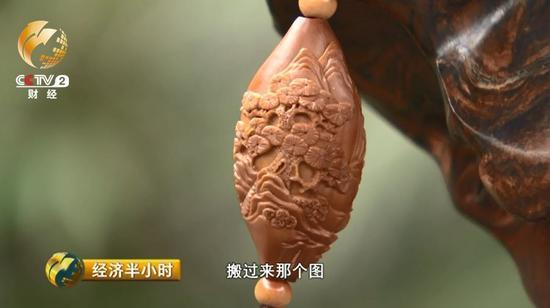 传统的橄榄核作品往往只有人物,他现在在作品上增加了风景和动物等元素,同时也在研究借鉴竹雕、木雕的刀法来把橄榄核雕刻得更加细致。