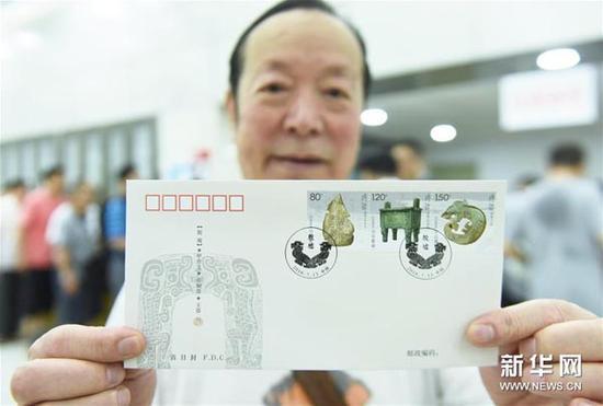 7月13日,浙江杭州一名集邮爱好者展示《殷墟》特种开元棋牌游戏权威排行首日封。