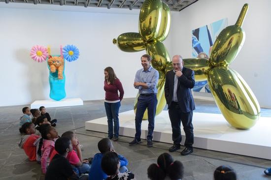 艺术家杰夫·昆斯(Jeff Koons)和收藏家史蒂文·科恩(Steven Cohen)在惠特尼博物馆和小孩们聊天 。图片:courtesy Whitney Museum, New York.