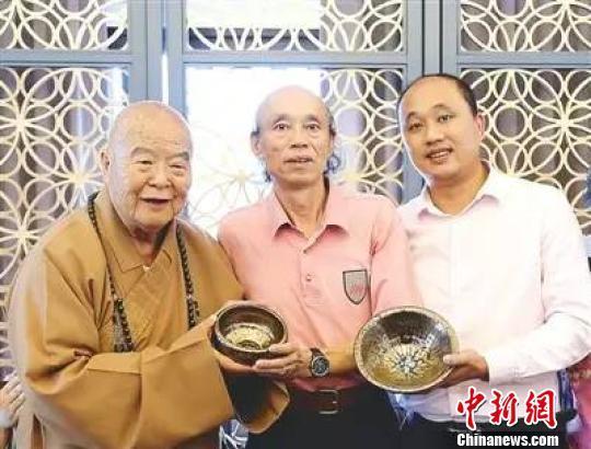 2014年,黃美金父子以工藝美術大師身份赴台參訪交流期間,拜會星雲大師(左一),並向其贈送金禪缽。 (資料圖) 李加林 攝