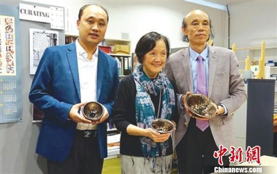 2015年,金油滴建盞入藏英國維多利亞博物館。圖為黃美金父子與該館陶瓷館劉明倩女士合影。 (資料圖) 李加林 攝