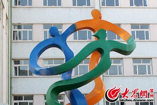 里约奥运会会徽撞脸滨州一学校内雕塑 网友调侃:抄袭山东造!(组图)