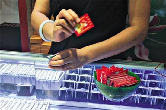 这个骗局比较常见,商场抽奖抽到一折购买翡翠饰品的卡片,千万不要下手买,花几千买的可能也就值几百块钱!