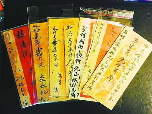 男子收藏800多张老厦门明信片和数百张侨批信札