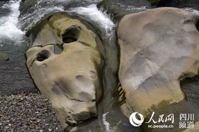四川一河中惊现头骨奇石 长约4米宽约2米如人脸