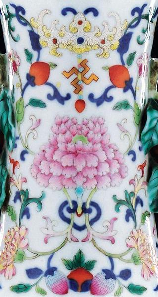 清乾隆 青花粉彩缠枝花卉开光梅菊图御制诗文柿蒂耳瓶 局部