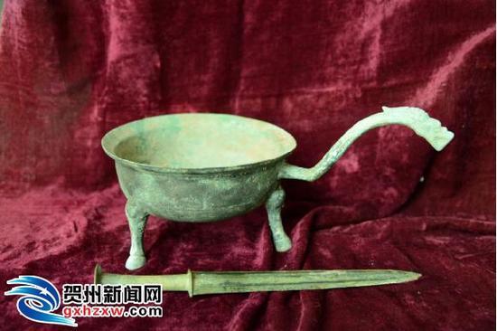 图为青铜龙形鐎斗。