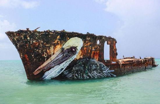 利用废弃船体创作成的鵜鶘,彷彿洇泳于水面