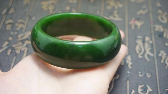 碧玉呈现出一种半透明、菠菜绿的颜色,质地细腻,光泽柔润,有油脂或蜡状的光泽,很少会有瑕疵,但会有黑点的存在(指铬尖晶石),这也是碧玉的一个基本特征。