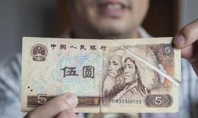 """漯河男子收藏1980版5元""""错币"""" 专家称无法估量价值"""