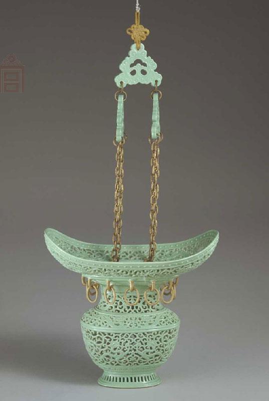 松石绿釉镂空花篮,清乾隆,高13.5cm,口径15.9cm×9.9cm,足径5.8cm×4.4cm