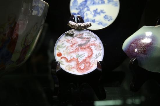 龙纹瓷片吊坠