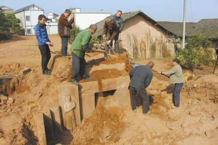 村民修房意外挖出南宋古墓 石刻文物最重达400斤