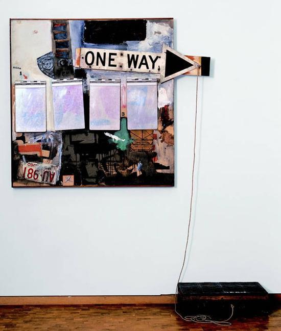 《融合系列:黑市(Black Market)》,油彩、水彩、蜡笔、印刷复制品、木头、金属,金属盒、油画布上四个记事本、绳子、橡皮图章、印泥等,1961年。图片致谢:罗伯特·劳森伯格基金会