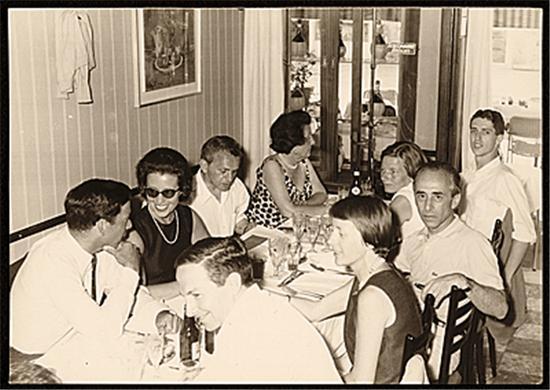 劳森伯格(前排一)、里奥·卡斯特里(前排三)和其他朋友在威尼斯共进晚餐,1964年。图片致谢:卡斯特里画廊档案/史密森学会美国艺术档案
