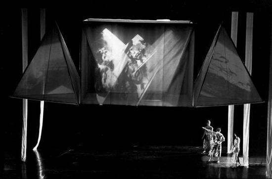 《设置与重置》舞台现场,1983年。图片来源:贝特利兹·施乐(Beatriz Schiller) 2013年;图片致谢:罗伯特·劳森伯格基金会(Robert Rauschenberg Foundation)