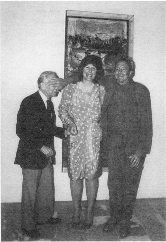 1989年5月,劳森伯格、里奥·卡斯特里和艾格尼丝·冈德(Agnes Gund)在里奥·卡斯特里赠送劳森伯格创作于1955年的作品《床》给纽约现代美术馆时合影。拍照的瞬间,劳森伯格顽皮地遮住了卡斯特里的脸。图片来源于网络