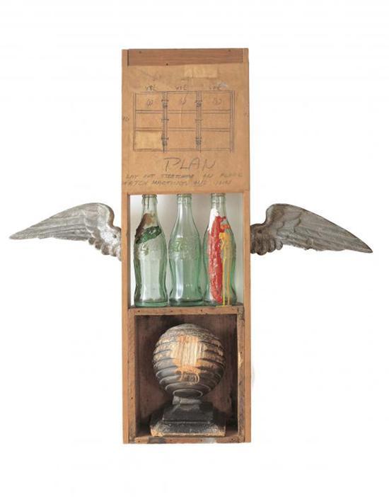 《融合系列:可口可乐计划(Coco-Cola Plan)》,纸上铅笔、可口可乐瓶上油画、木箱、金属翅膀, 1958年。洛杉矶当代艺术馆潘扎收藏(The Museum of Contemporary Art, Los Angeles, The Panza Collection) ;图片致谢:罗伯特·劳森伯格基金会