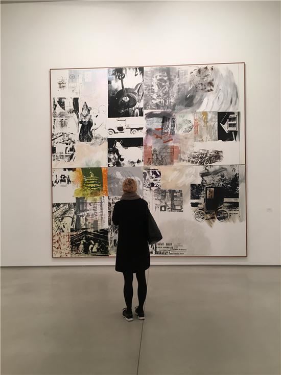 观众在达泰斯·洛巴克画廊《抢救系列:滚动(Rolling-Salvage)》前。图片来源:马丽亚;图片致谢:巴黎达泰斯·洛巴克画廊