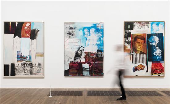 劳森伯格创作于60年代的杂志报纸拼贴丝网印刷作品在泰特当代美术馆展览现场。图片来源:泰特当代美术馆