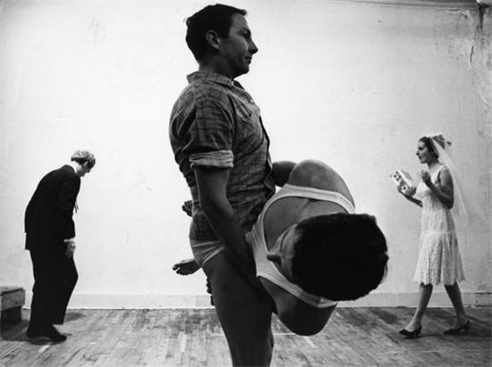 《春季练习(Spring Training)》,劳森伯格的百老汇工作室:左起阿莱克斯·哈伊(Alex Hay)、劳森伯格、史提夫·帕科西顿(Steve Paxton)、崔莎·布朗, 1965年。图片来源:乌戈·姆拉斯(Ugo Mulas)