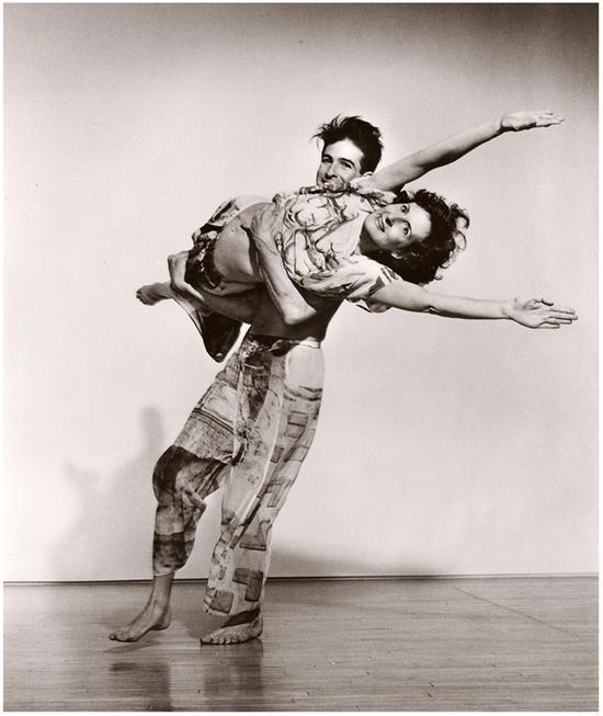 崔莎·布朗与斯蒂芬·贝托尼奥(Stephen Petronio)在《设置与重置》中,1983年。图片来源:劳伊斯·格林菲尔德(Lois Greenfield)