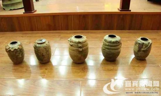 出土的陶罐。(伍鸥 摄)