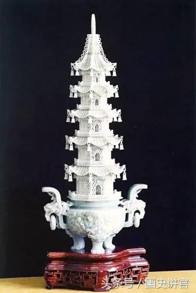 """此塔分为八角十三层,用白玉雕成,分塔基、塔身、塔刹三部分,号称可以""""烟云流动""""。"""