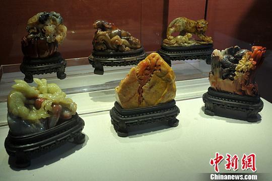 """1月1日,在福州一展馆内,用寿山石雕刻的""""十二生肖""""作品。 张斌 摄"""