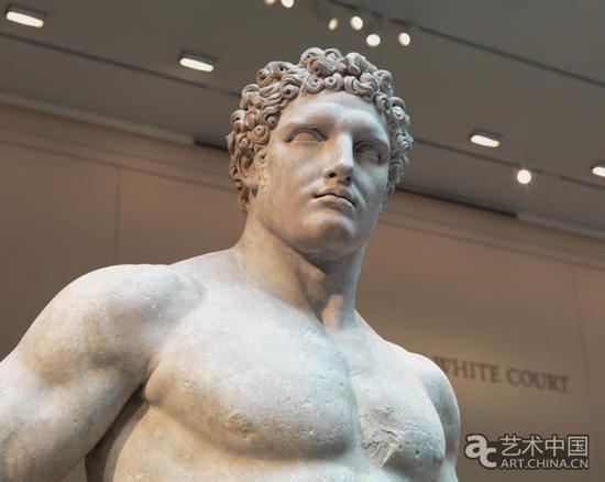 年轻时的赫拉克勒斯:卷曲的头发和坚毅的眼神雕刻出人物性格特征