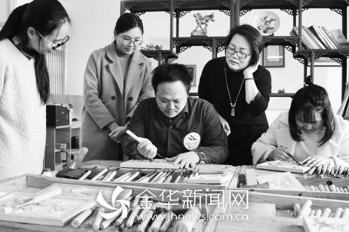 4名西藏女教师在学习东阳木雕