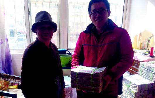 84岁的金志良先生(左)捐出收藏的200多斤报纸。