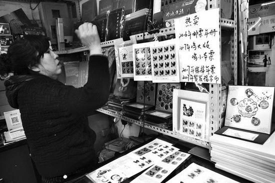 西安邮币市场上的鸡年邮票本报记者丁聘实习生刘嘉靖摄